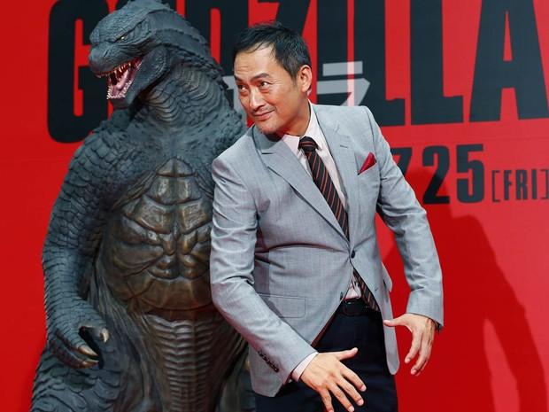 O ator japonês Ken Watanabe posa ao lado de um boneco na pré-estreia do filme 'Godzilla', em Tóquio (Foto: Shizuo Kambayashi/AP)