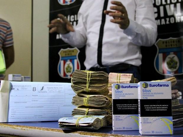 Dinheiro, receitas e medicamentos foram encontradas em drogaria na capital (Foto: Indiara Bessa/G1 AM)