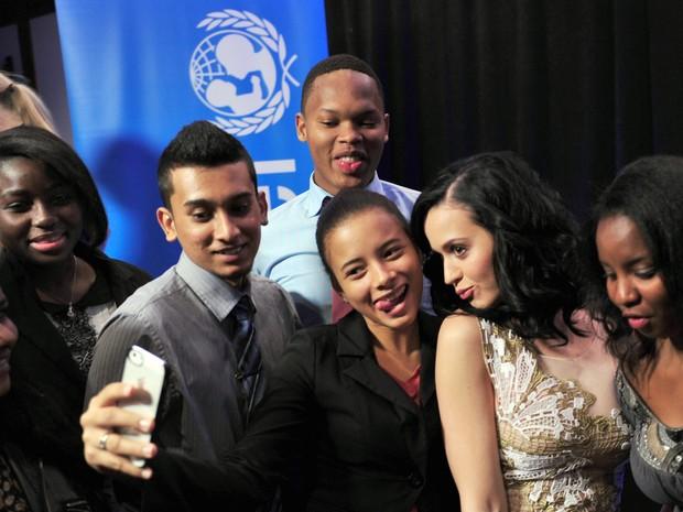 Katy Perry com fãs em evento da Unicef em Nova York, nos Estados Unidos (Foto: Stan Honda/ AFP)