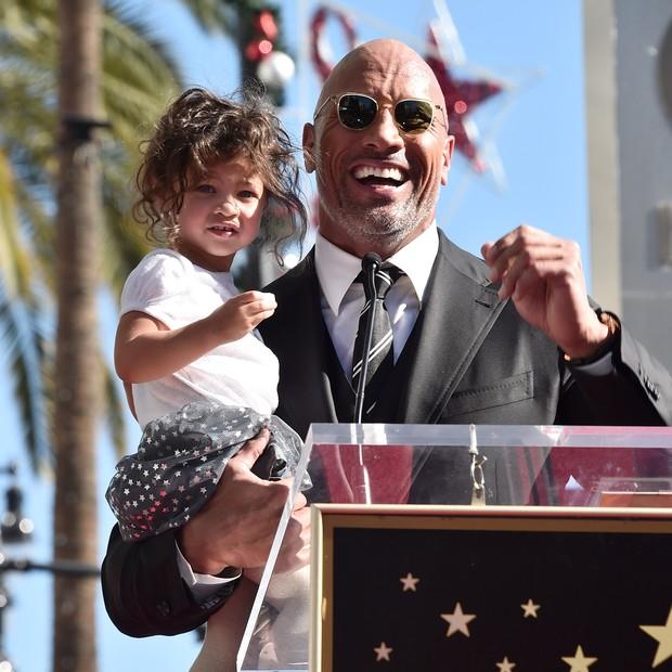 The Rock e sua pequena Jasmine durante a apresentação de sua estrela da Calçada da Fama de Hollywood (Foto: Getty Images)