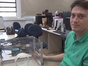 Professor Gustavo Batista estuda sistemas de identificação de insetos (Foto: Stefhanie Piovezan/G1)