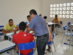 Detentos escrevem livro (Foto: Abraão Morais/UEPB)