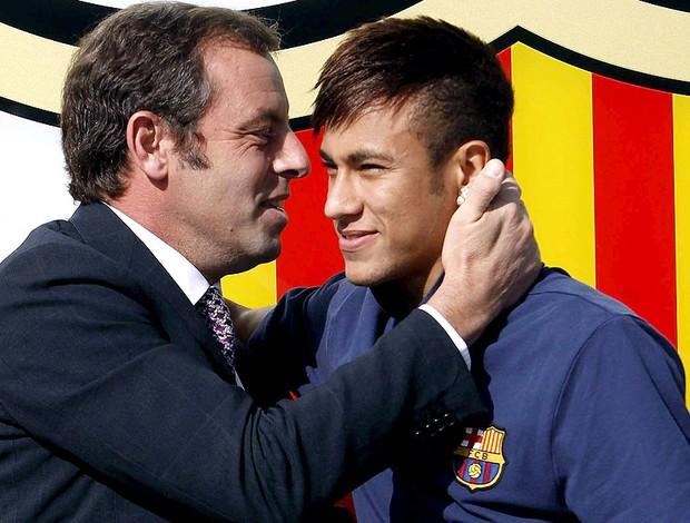 Neymar com Sandro Rosell presidente do Barcelona apresentação (Foto: EFE)