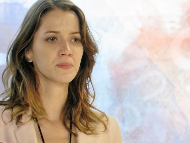 Laura fica tensa com chegada do exame de DNA (Foto: TV Globo)