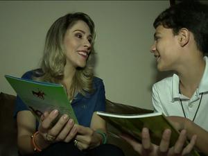 Autor Felipe Vanine com a escritora e amiga Elysanna Lousado (Foto: Reprodução/ TV Gazeta)