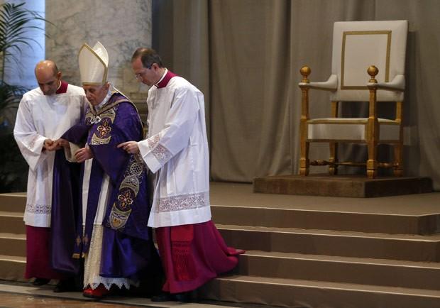 O Papa Bento XVI é acompanhado durante a Missa de Quarta de Cinzas, no Vaticano (Foto: Reuters)