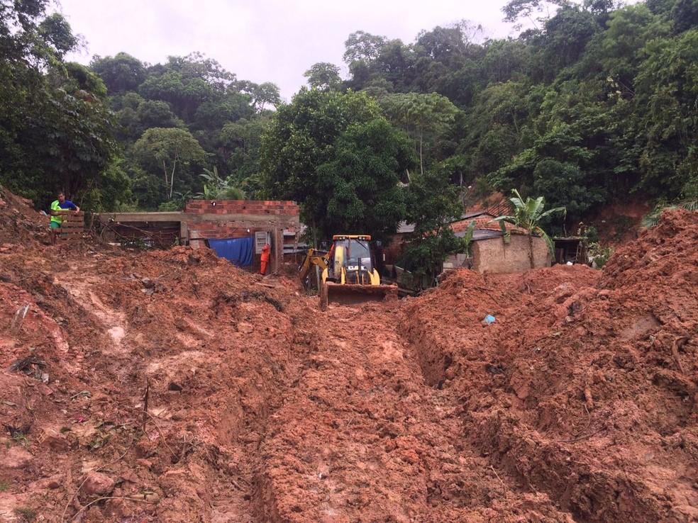 Continuam as buscas por família que ficou soterrada após deslizamento em grota em Maceió (Foto: Michelle Farias/G1)