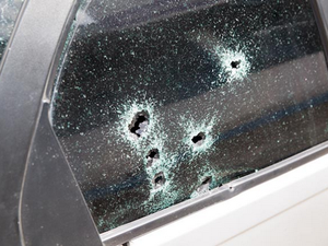 Balas de arma de fogo perfuraram os vidros do veículo (Foto: Marcelo Albuquerque/Gazeta de Alagoas)