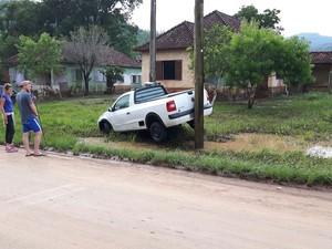 Enchente arrastou veículos na cidade de Rolante, RS (Foto: Tiago Rocha/CBV de Rolante)