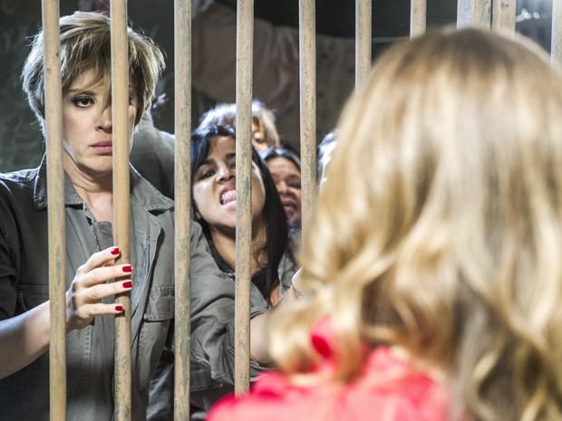 Na cadeia, a paranormal recebe a visita de Kitty (Foto: Globo/ Renato Rocha Miranda)