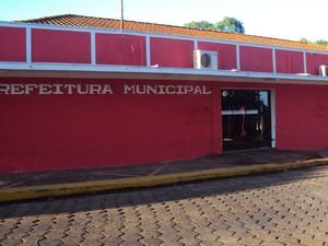 Prefeito de Barrinha pinta a Prefeitura de Barrinha de vermelho, cor de seu partido (Foto: Arquivo Pessoal/ Divulgação)