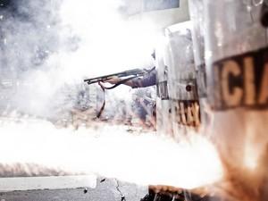 Policiais disparam balas de borracha e gás lacrimogêneo para dispersar manifestantes (Foto: Felipe Paiva/Frame/Estadão Conteúdo)
