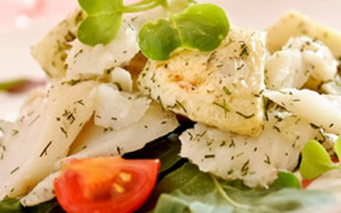 Salada de bacalhau com alcachofra marinada e minibrotos