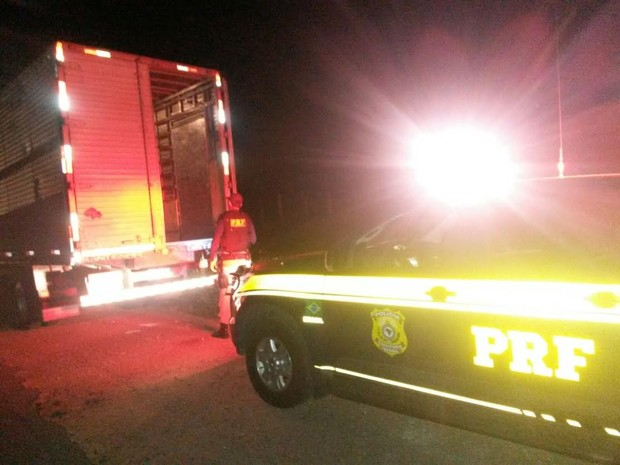 Caminhão foi abandonado sem a carga no município de Pedra (Foto: Divulgação/ PRF)