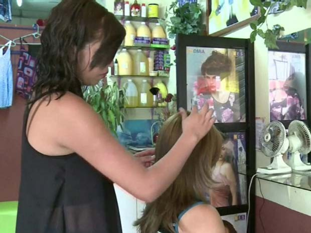 Boatos sobre possíveis represálias do crime organizado provocaram uma corrida aos salões de beleza em El Salvador; loiras pintam os cabelos com tons mais escuros. (Foto: BBC)