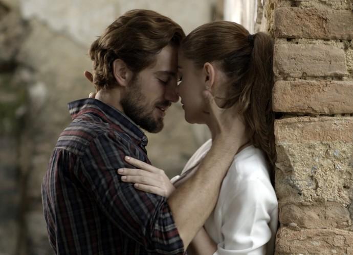 Felipe e Lívia se beijam (Foto: TV Globo)