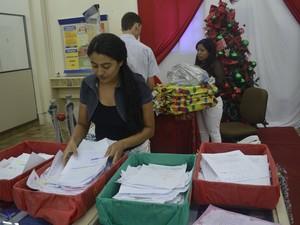 Cerca de 1.500 cartas ainda esperam por adoção (Foto: Dyepeson Martins/G1)