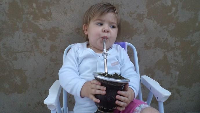 Colorada, Lívia também gosta de tomar chimarrão (Foto: Arquivo Pessoal)
