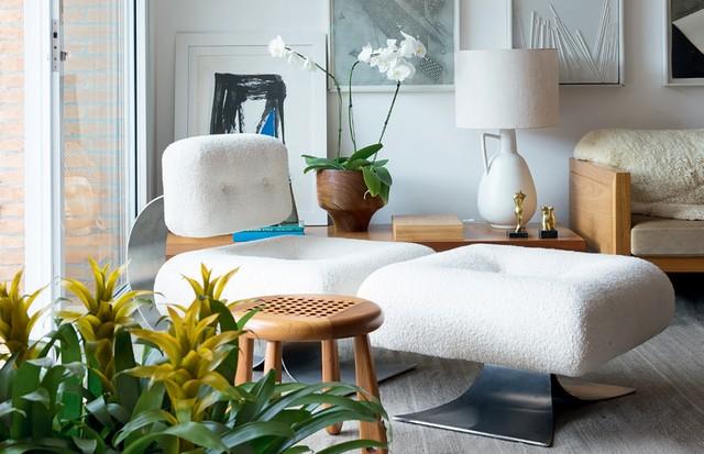 Poltrona Easy Chair, de Oscar Niemeyer e, ao lado, banquinhos de Lia Siqueira.  (Foto: André Klotz)