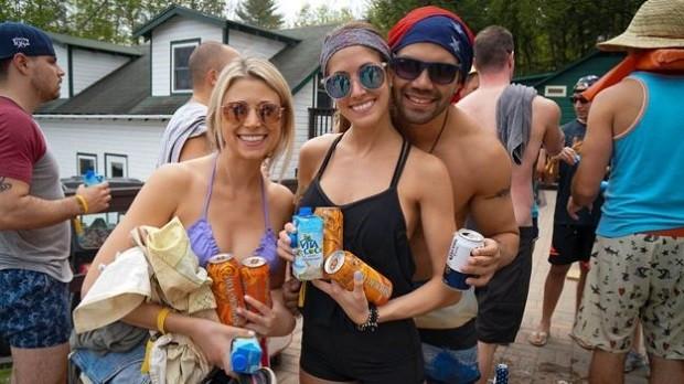 O acampamento inclui bebidas à vontade e festas até de madrugada (Foto: CNC)