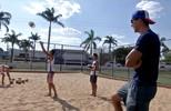 De folga na capital, Symon visita projeto que o revelou para as areias do Brasil