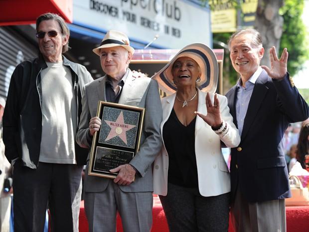 Atores Leonard Nimoy, Walter Kroenig, Nichelle Nichols e George Takei, do elenco de 'Jornada nas estrelas', participam de evento que homenageou Kroenig com uma estrela na Calçada da Fama em Los Angeles nesta segunda-feira (10) (Foto: Robyn Beck/AFP)