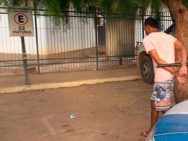 Homem está detido na delegacia de Luís Eduardo Magalhães (Foto: Ivan Gehlen/ Blog do Braga)