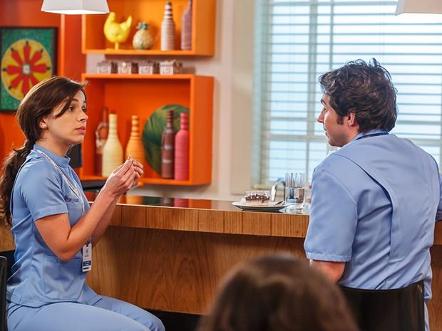 A enfermeira conversa com Pepito sobre o seu relacionamento com César (Foto: Artur Meninea/Gshow)