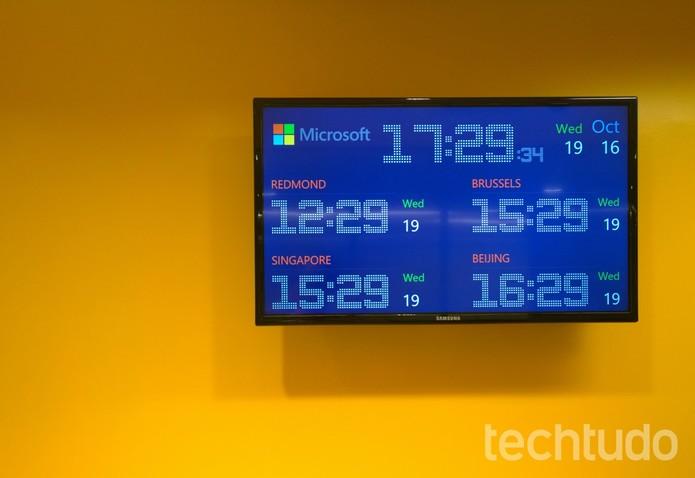 Relógios mostrando os quatro Centros de Transparência MS no mundo (Foto: Fabrício Vitorino / TechTudo)