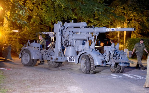 Arma antiaérea era outra 'lembrancinha' que o colecionador guardava da 2ª Guerra (Foto: Carsten Rehder/dpa via AP)