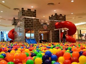 Center Vale Shopping recebe piscina de bolinha para todas as idades (Foto: Danilo Sardinha/ Globo Esporte)