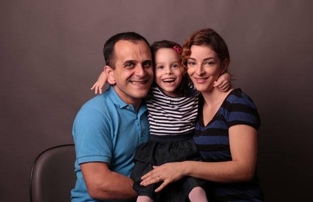 Carlos Edmar Pereira, criador do Livox, ao lado da esposa Aline e da filha Clara, que possui paralisia cerebral e foi inspiração para o aplicativo. (Foto: Divulgação/Livox)