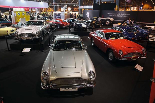 Estande da Aston Martin, com o DB5 1964 de James Bond, à esquerda (Foto: Divulgação)