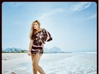 Andressa Urach posa vestida para ensaio na praia