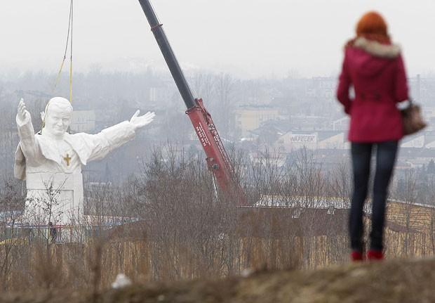 Estátua de João Paulo II em Czestochowa tem 13,8 metros de altura (Foto: Czarek Sokolowski/AP)