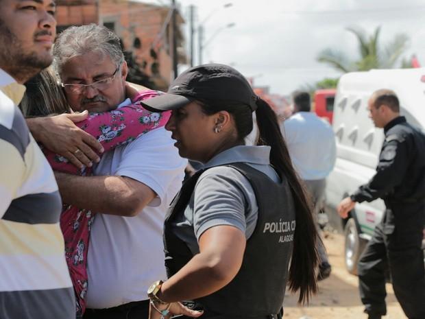 Familiares se emocionam ao chegar no local do acidente (Foto: Jonathan Lins/G1)