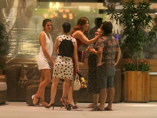 Bruna Marquezine com amigos em shopping na Zona Sul do Rio (Foto: Ag. News)