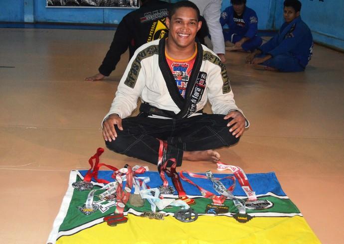 Lutador Amapaense Jimmy Nascimento acompanhada das medalhas conquistadas em dez anos de carreira (Foto: Wellington Costa/GE-AP)