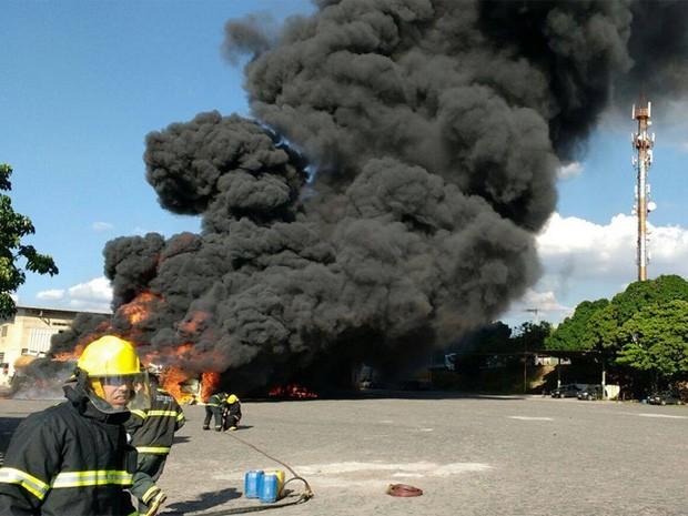 Bombeiros combatem incêndio em caminhão-tanque (Foto: Corpo de Bombeiros/Divulgação)