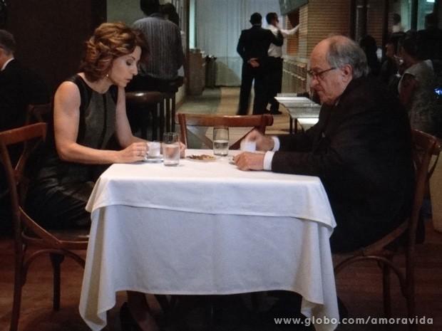 Simone fica muito nervosa, prestes a desmascarar Félix (Foto: Amor à Vida / TV Globo)