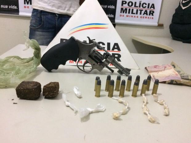 Arma, munições e drogas foram levadas para delegacia em Janaúba (Foto: Polícia Militar/Divulgação)