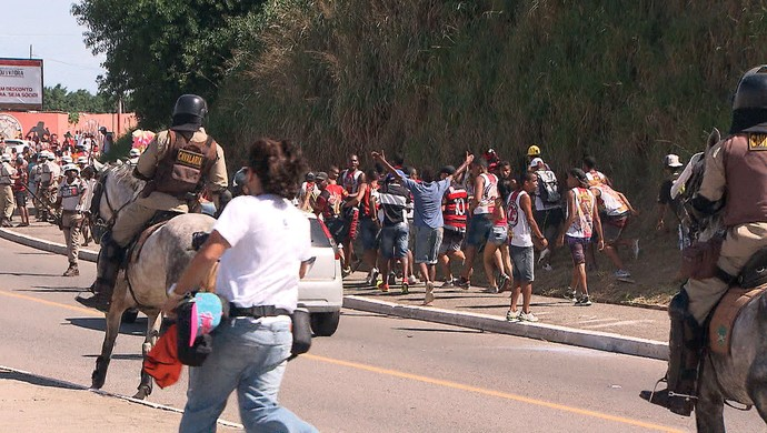 Confusão entre torcida de bahia e vitória no Barradão; ba-vi (Foto: Imagens/TV Bahia)