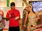 Lewis Hamilton toca tamborim em visita a barracão na Cidade do Samba