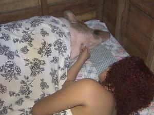 Jerusa tem que fazer carinho em Chica para animal dormir (Foto: Reprodução/TV Amapá)