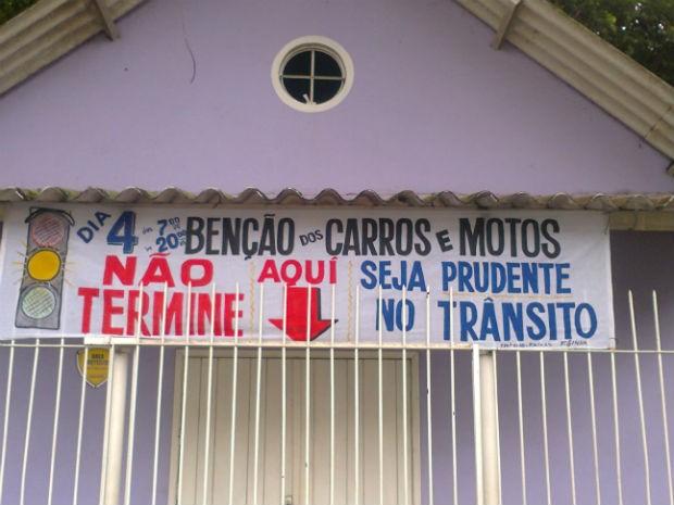 Aviso foi colocado em frente à Capela Mortuária, na Cidade Industrial, em Curitiba (Foto: Célio Borba/Arquivo Pessoal)