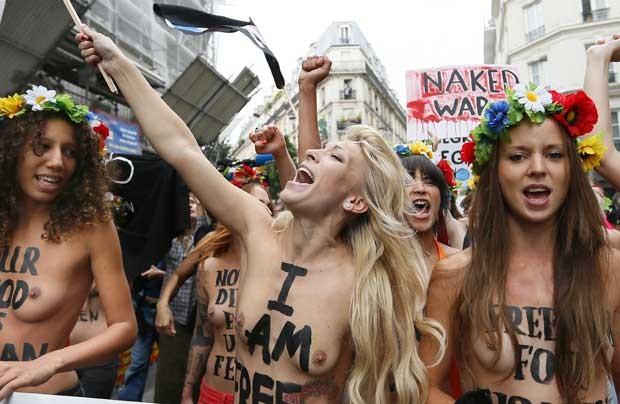 Manifestantes do Femen pintaram frases como 'Sou livre' no corpo. Cartaz ao fundo lê 'Guerra nua' (Foto: AFP)