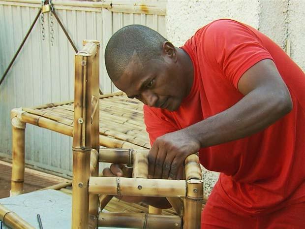 Detentos fazem móveis de bambu apos curso do Senar em Boa Esperança (Foto: Reprodução EPTV / Erlei Peixoto)