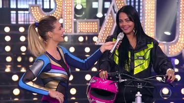 Fernanda Lima bate um papo com motoboys