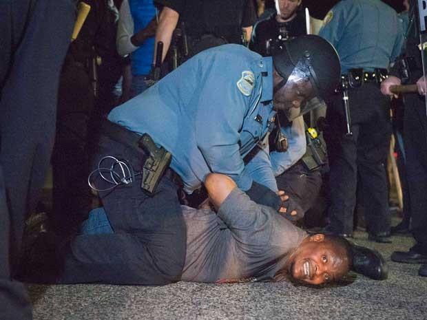 Policial prende um manifestante na frente do Departamento de Polícia de Ferguson. (Foto: Kate Munsch / Reuters)