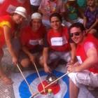 Grupo imita jogadores de curling  (Gabriela Alves/G1)